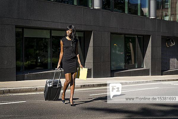 Geschäftsfrau mit Straßenbahnüberquerung