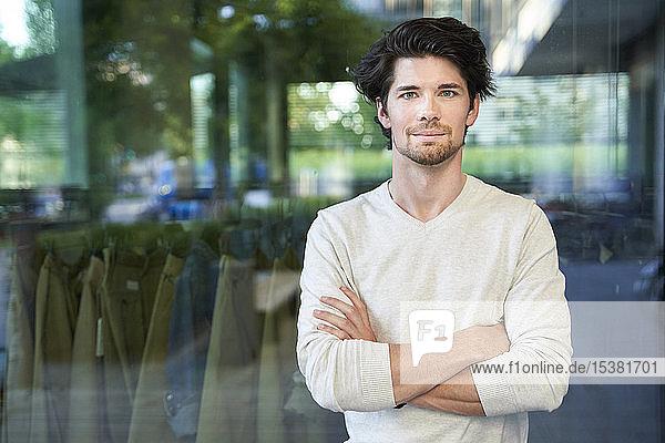 Porträt eines selbstbewussten Gelegenheits-Geschäftsmannes in der Stadt