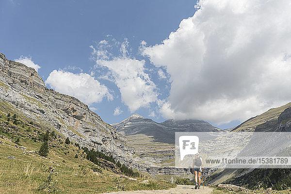 Rückansicht einer Frau  die auf einem Wanderweg in den Bergen geht  Ordesa-Nationalpark  Aragon  Spanien