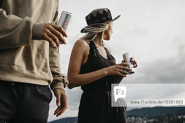 Junges Paar bei einem Drink im Freien