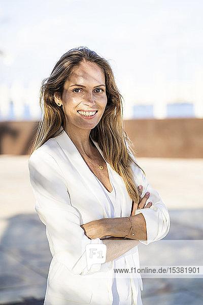 Porträt einer lächelnden Geschäftsfrau im Freien
