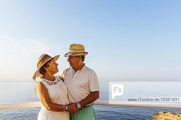 Älteres Ehepaar umarmt sich am Aussichtspunkt an der Küste  El Roc de Sant Gaieta  Spanien
