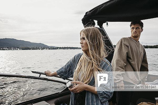 Junges Paar bei einer Bootsfahrt auf einem See