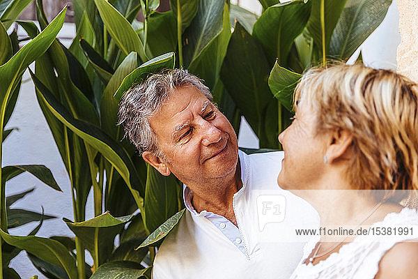 Porträt eines lächelnden älteren Paares im Freien
