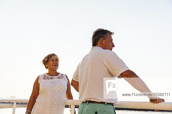 Älteres Ehepaar bei Sonnenuntergang im Freien