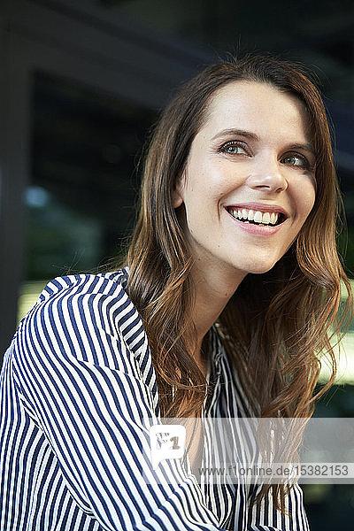 Porträt einer glücklichen Geschäftsfrau in der Stadt