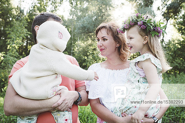 Eltern mit zwei Töchtern in der Natur