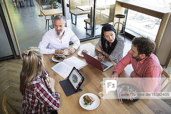 Gelegentliche Geschäftsleute beim Geschäftsessen in einem Cafe