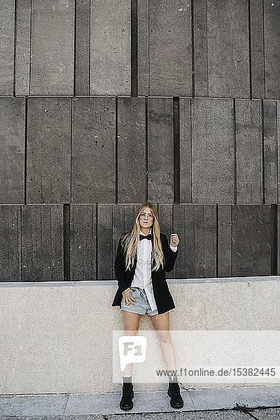 Porträt einer blonden jungen Frau in schwarzer Krawatte  Blazer und Jeans-Shorts  Wien  Österreich