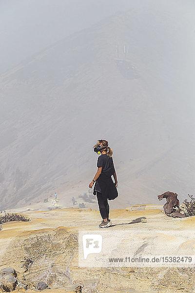 Junge Frau mit Espirator-Maske am Vulkan Ijen  Java  Indonesien