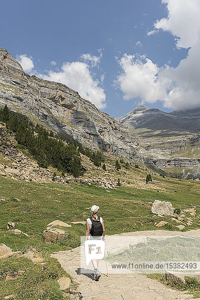 Rückansicht einer Frau  die auf einem Wanderweg in den Bergen geht  Ordesa-Nationalpark  Aragonien  Spanien
