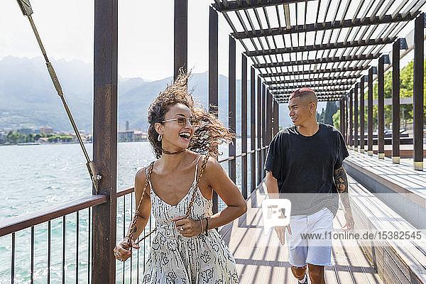 Glückliches junges Paar an der Seepromenade  Lecco  Italien