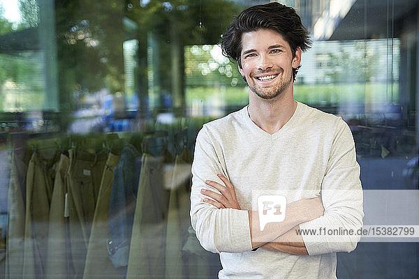 Porträt eines glücklichen Geschäftsmannes in der Stadt