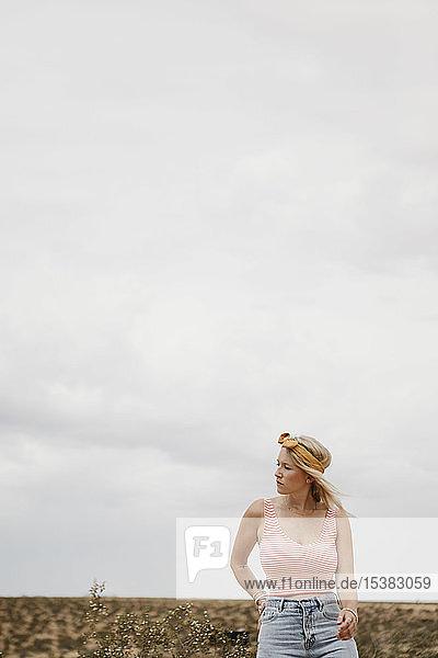 Junge Frau steht in Wüstenlandschaft  Joshua-Tree-Nationalpark  Kalifornien  USA