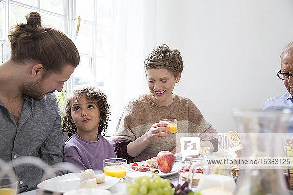 Erweiterte Familie isst zu Hause zu Mittag