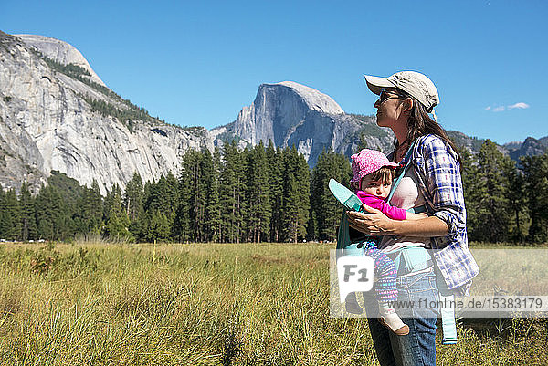 Mutter trägt Tochter in Tragesitz  Yosemite National Park  Kalifornien  USA