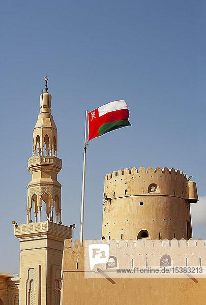 Sultanat Oman  Ras al Hadd  Burg Ras al Hadd mit omanischer Flagge und Minarett