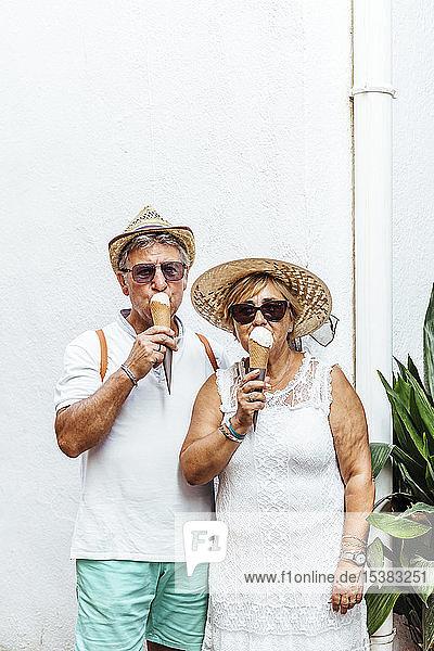 Älteres Touristenpaar isst ein Eis