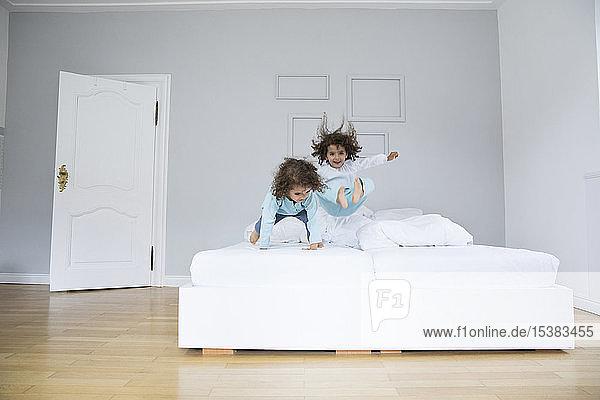 Zwei verspielte Zwillingsbrüder haben Spaß im Bett