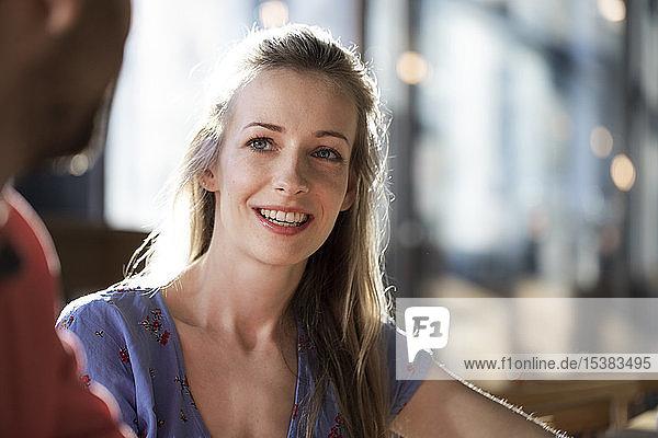 Lächelnde Frau und Mann in einem Cafe