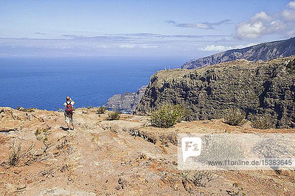 Wanderer an der Küste  der die Aussicht genießt  Agulo  La Gomera  Kanarische Inseln  Spanien