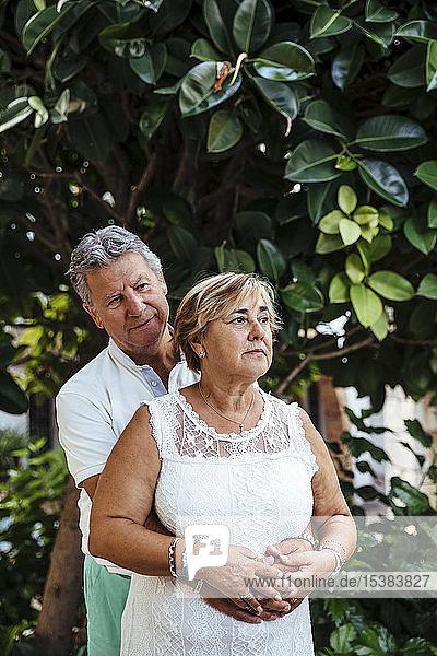 Älteres Ehepaar umarmt sich im Freien