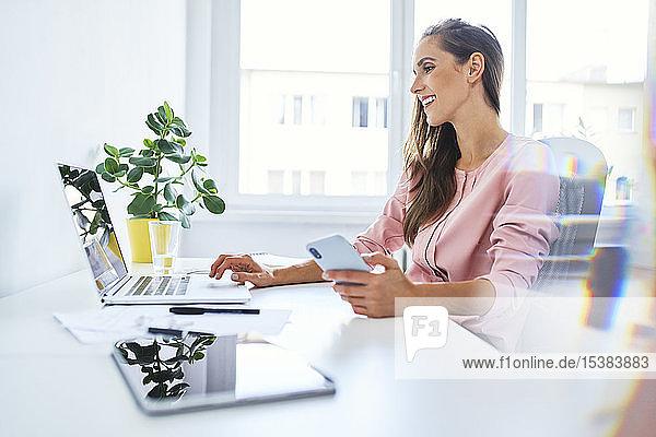 Junge Geschäftsfrau arbeitet am Laptop im Home-Office