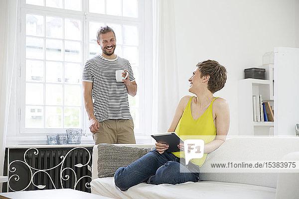 Glückliches junges Paar im heimischen Wohnzimmer