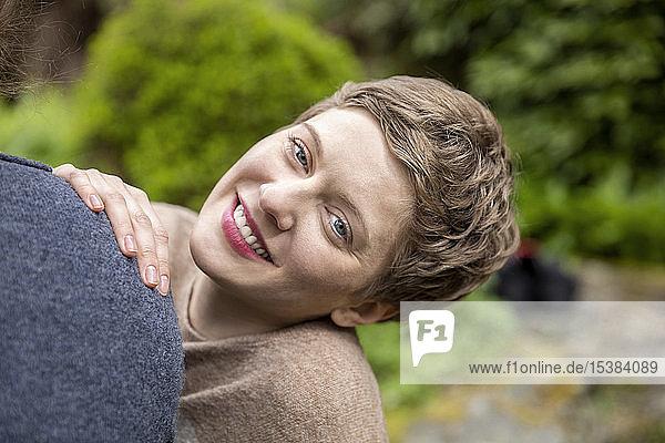 Porträt einer lächelnden Frau mit Freund