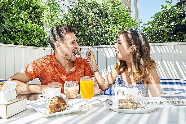 Fröhliches junges Paar beim Frühstück