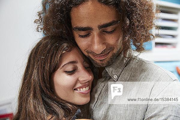 Porträt eines zärtlichen jungen Paares