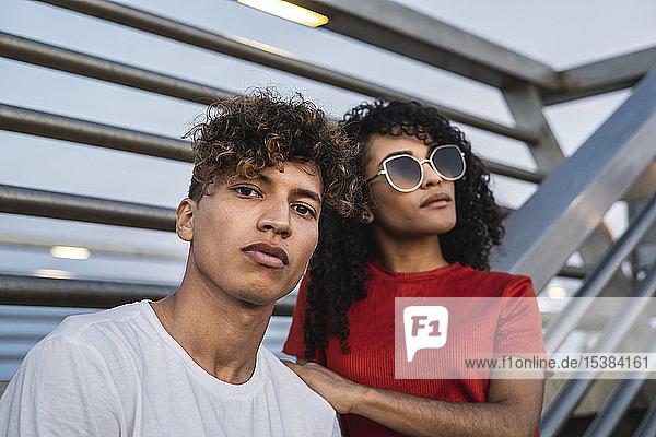 Porträt eines coolen jungen Paares in der Stadt Porträt eines coolen jungen Paares in der Stadt