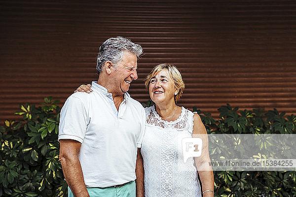 Glückliches älteres Ehepaar im Freien