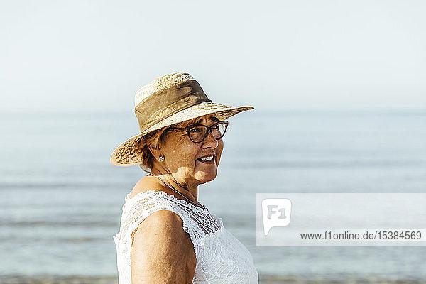 Porträt einer zufriedenen älteren Frau am Meer  El Roc de Sant Gaieta  Spanien