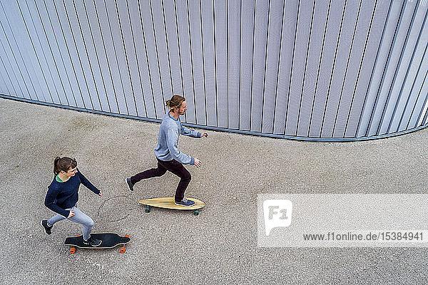 Junges Paar beim Longboarding  von oben gesehen