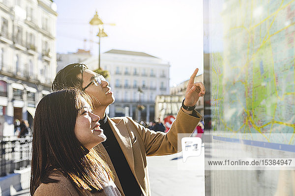 Spanien  Madrid  junges Paar schaut auf die Karte und erkundet die Stadt