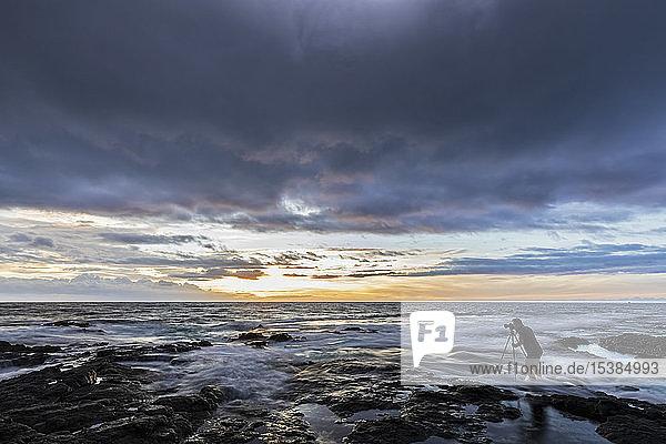 USA  Hawaii  Big Island  Kona  Pele's Well  Fotograf bei Sonnenuntergang