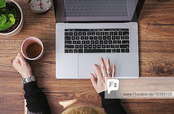 Frau arbeitet am Laptop im Heimbüro  Ansicht von oben