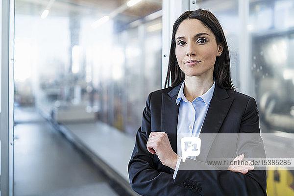 Porträt einer selbstbewussten Geschäftsfrau in einer modernen Fabrik
