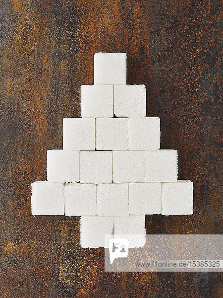 Weihnachtsbaum aus Zuckerwürfeln auf rostigem Metall