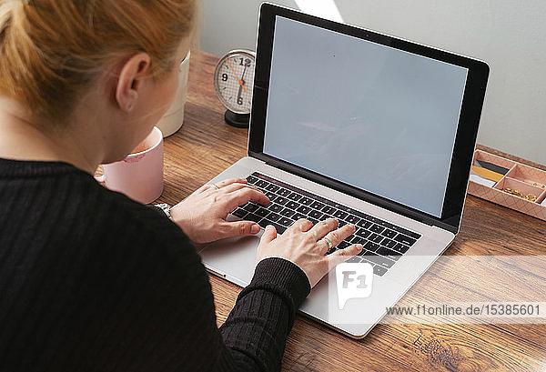 Frau arbeitet am Laptop im Heimbüro