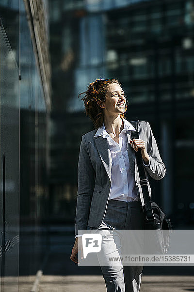 Junge Geschäftsfrau  die in der Stadt pendelt