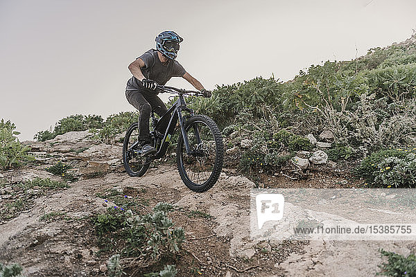 Spanien  Lanzarote  Mountainbiker auf einem Wanderweg in den Bergen