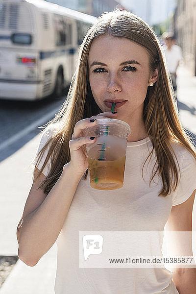 Junge Frau erkundet New York City und trinkt Kaffee zum Mitnehmen