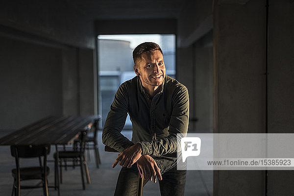 Porträt eines selbstbewussten jungen Geschäftsmannes in seinem Büro