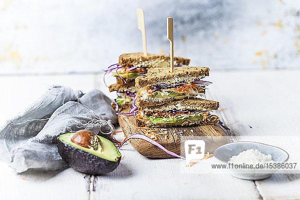 Veggie-Sandwich,  Vollkorntoastbrot mit geriebener Karotte,  Rotkohl,  Weisskohl,  Avocado und Käse