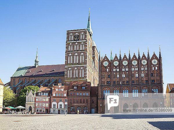 Deutschland  Mecklenburg-Vorpommern  Stralsund  Altstadt  Nikolaikirche und Rathaus