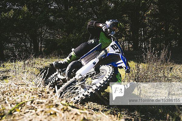 Motocross-Fahrer auf der Rennstrecke