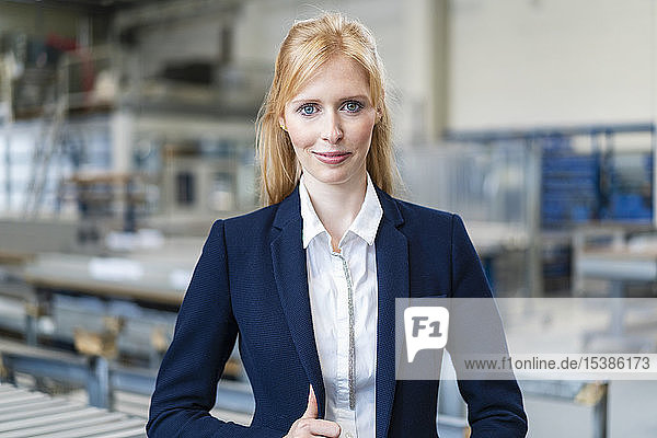 Porträt einer selbstbewussten Geschäftsfrau in der Fabrik