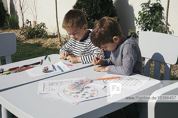 Freunde spielen mit Farben